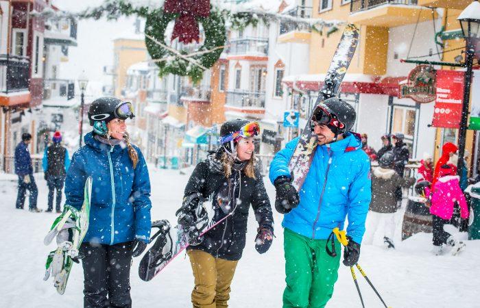 esquiadores em Mt tremblant pedestrian village