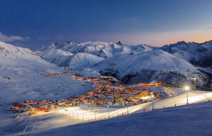 Alpe d Huez França Estação de Ski vista noturna
